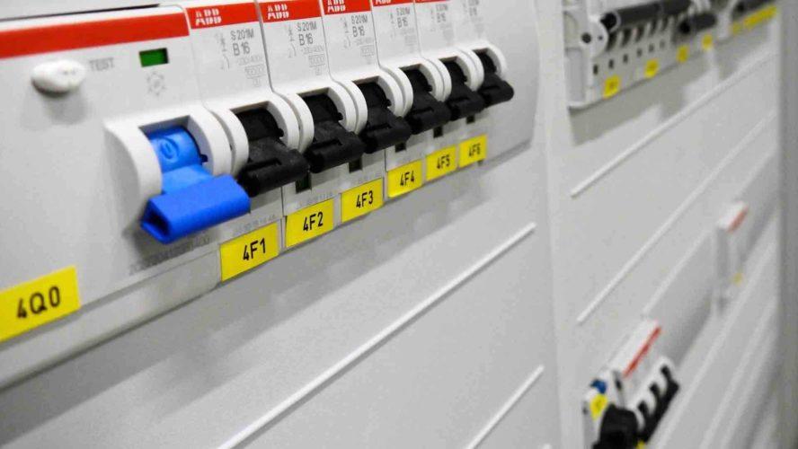 قواطع الدارة والمفاتيح الكهربائية (التشغيل، التركيب، الصيانة)